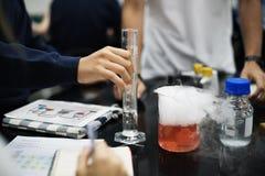 Grupo de laboratório do laboratório dos estudantes na sala de aula da ciência Foto de Stock Royalty Free