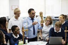 Grupo de laboratório do laboratório dos estudantes na sala de aula da ciência Foto de Stock