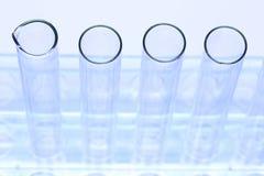 Grupo de laboratorio vacío del tubo de cristal en soporte del acero inoxidable Imagenes de archivo