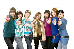 Grupo de las muchachas que muestran los teléfonos móviles Fotografía de archivo