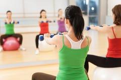 Grupo de las mujeres de los aeróbicos de Pilates con la bola de la estabilidad Imágenes de archivo libres de regalías