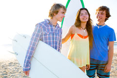 Grupo de las personas que practica surf del adolescente feliz en orilla de la playa Fotografía de archivo libre de regalías