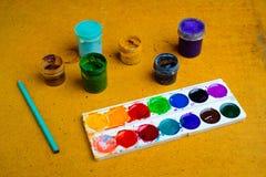 Grupo de latas da pintura e do lápis Fotos de Stock
