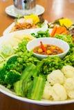Grupo de legumes frescos e de molho picante foto de stock