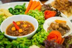 Grupo de legumes frescos e de molho picante fotografia de stock royalty free