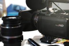 Grupo de lentes de DSLR em uma tabela branca no stuidio, na perspectiva da câmera de DSLR a iluminar-se e do softbox Imagens de Stock Royalty Free