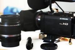 Grupo de lentes de DSLR em uma tabela branca no stuidio, na perspectiva da câmera de DSLR a iluminar-se e do softbox Imagem de Stock