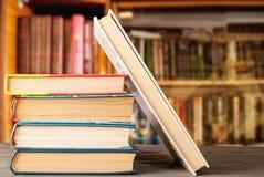 Grupo de libros en una superficie de madera foto de archivo