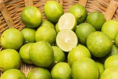 Grupo de limones en una cesta Fotografía de archivo