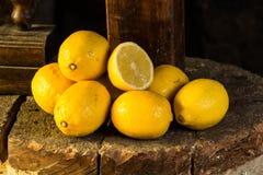 Grupo de limones en una piedra Fotos de archivo libres de regalías