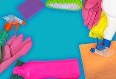 Grupo de limpeza colorido para superf?cies diferentes na cozinha, no banheiro e nas outras salas imagem de stock