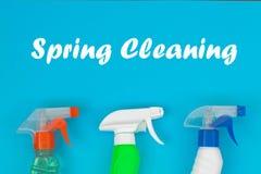 Grupo de limpeza colorido para superf?cies diferentes na cozinha, no banheiro e nas outras salas fotografia de stock