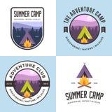 Grupo de logotipo, de crachás, de bandeiras, de emblema e de elementos para o acampamento de verão Clube exterior da aventura Imagens de Stock