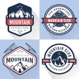 Grupo de logotipo, de crachás, de bandeiras, de emblema para a montanha, de caminhada, de acampamento, de expedição e de aventura Imagem de Stock