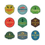 Grupo de logotipos da região selvagem do vintage emblemas exteriores denominados retros tirados mão da aventura Ilustração do vet ilustração do vetor