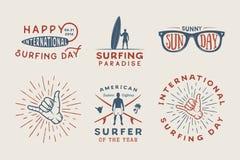 Grupo de logotipos surfando do vintage, cartazes, cópias, slogan ilustração royalty free