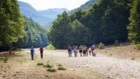 Grupo de los caminantes, familias con los niños, en un alza de la montaña Fotos de archivo