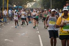 Grupo de los corredores de los camaradas maratón fotos de archivo