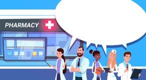 Grupo de los doctores Standing At Pharmacy Store en fondo moderno de la tienda de la droguería del hospital stock de ilustración