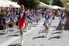 Grupo de los Majorettes de Gracja en la calle peatonal Fotografía de archivo