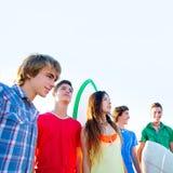 Grupo de los muchachos y de las muchachas de las personas que practica surf del adolescente feliz Imagen de archivo libre de regalías