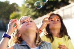 Grupo de los niños que se divierten en el parque Foto de archivo libre de regalías