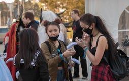 Grupo de los visitantes, chicas jóvenes con la mascarilla negra Foto de archivo