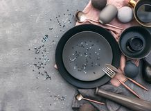 Grupo de louça cinzenta na tabela Estilo nórdico Várias placas, prato, Foto de Stock