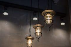 grupo de luces de la ejecución en cafetería Imagen de archivo libre de regalías