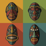 Grupo de máscaras tribais étnicas africanas no fundo da cor Fotos de Stock Royalty Free