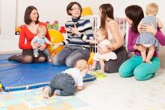 Grupo de mães com seus bebês imagem de stock royalty free