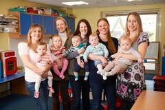 Grupo de mães que encontram-se no grupo do bebê Foto de Stock