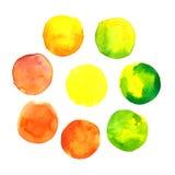 Grupo de mão amarela, alaranjada e verde colorida pontos tirados da aquarela, círculos isolados no branco Fotografia de Stock Royalty Free
