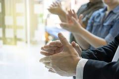 Grupo de mão feliz do aplauso da sensação do homem de negócio imagens de stock royalty free