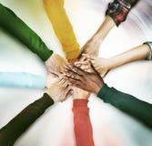 Grupo de mãos diversas que juntam-se junto ao conceito Imagens de Stock