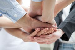 Grupo de mãos junto de empresários novos Pilha de trabalhos de equipe do sucesso das mãos da coordenação sob o viwe imagens de stock
