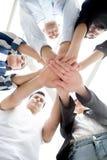 Grupo de mãos junto de empresários novos Pilha de trabalhos de equipe do sucesso das mãos da coordenação sob o viwe imagem de stock royalty free
