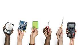 Grupo de mãos que mantêm as peças da eletrônica do computador isoladas no branco foto de stock