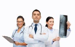 Grupo de médicos com raio X Imagem de Stock