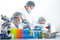 Grupo de médicos no laboratório fotografia de stock