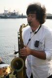 Grupo de músicos de la calle en el fondo del golfo de Finlandia en el puerto civil de Kronstadt Fotos de archivo