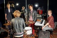 Grupo de músicos novos no estúdio fotos de stock
