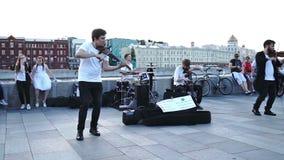 Grupo de músicos que jogam na terraplenagem crimeana em Moscou na noite do verão video estoque