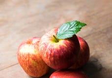 grupo de maçã vermelha na tabela de madeira, fundo vermelho da maçã para o bom imagens de stock royalty free