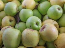 Grupo de maçãs verdes naturais com maçãs amarelas Foto de Stock Royalty Free