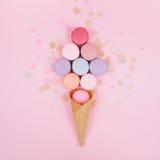 Grupo de macarons coloridos en colores pastel en fondo de moda Imágenes de archivo libres de regalías