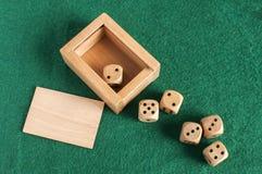 Grupo de madeira dos dados no pano de feltro do verde Imagem de Stock Royalty Free