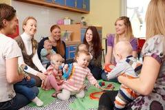 Grupo de madres con los bebés en Playgroup Fotografía de archivo