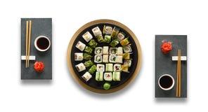 Grupo de maki e de rolos do sushi isolados no branco Fotografia de Stock Royalty Free