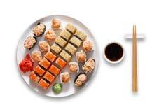 Grupo de maki e de rolos do sushi isolados no branco Foto de Stock